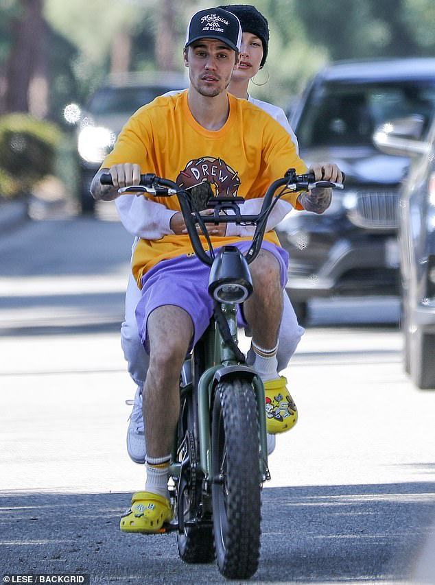 Bị chỉ trích trong trận chiến Taylor - Scooter, Justin Bieber bình thản đưa vợ đạp xe và còn tỏ thái độ - ảnh 3
