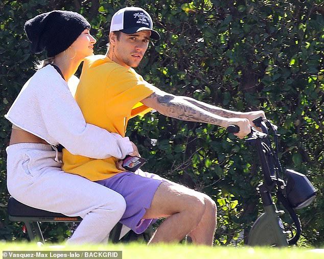 Bị chỉ trích trong trận chiến Taylor - Scooter, Justin Bieber bình thản đưa vợ đạp xe và còn tỏ thái độ - ảnh 2
