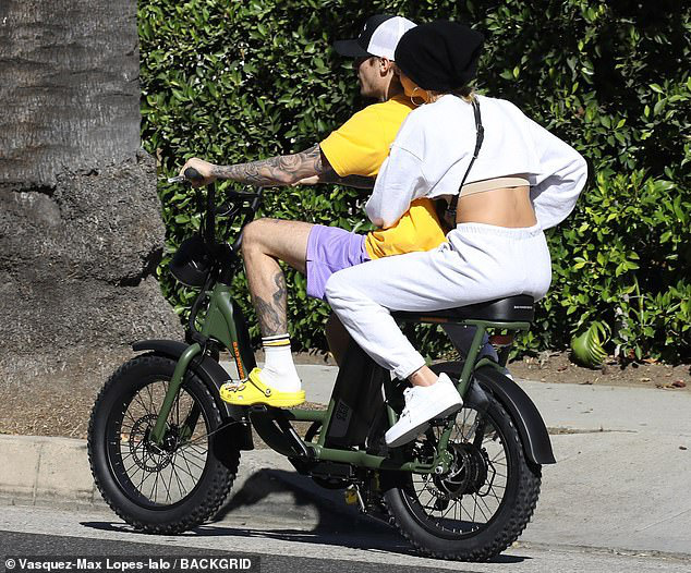 Bị chỉ trích trong trận chiến Taylor - Scooter, Justin Bieber bình thản đưa vợ đạp xe và còn tỏ thái độ - ảnh 1