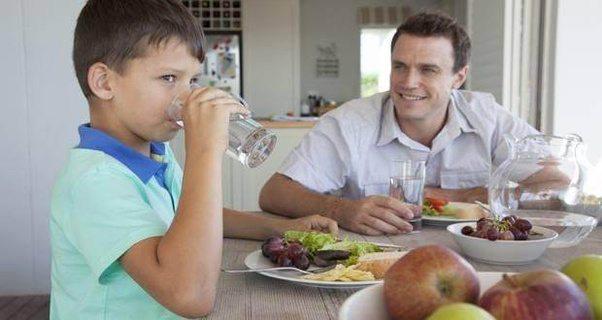 Giữ thói quen uống nước trong khi ăn sẽ ảnh hưởng xấu đến sức khỏe - ảnh 4