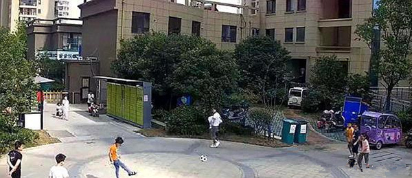 Vô tình đá bóng trúng người đi đường, cậu bé bị người đàn ông cao to tấn công và buông lời đe dọa - ảnh 1