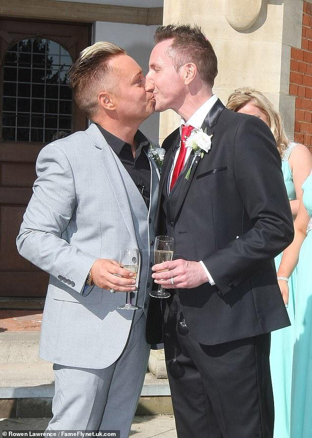 Ông bố đồng tính đầu tiên của nước Anh kết thúc cuộc hôn nhân 32 năm với chồng để cưới... bạn trai của con gái - ảnh 2