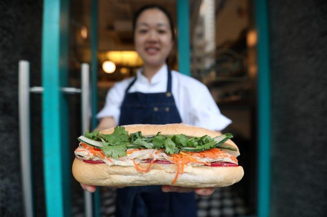 """Câu chuyện về bánh mì nhân thịt truyền thống: Từ món ăn chỉ vài chục ngàn bán đầy đường đến """"siêu sandwich Việt Nam chinh phục thế giới - ảnh 1"""