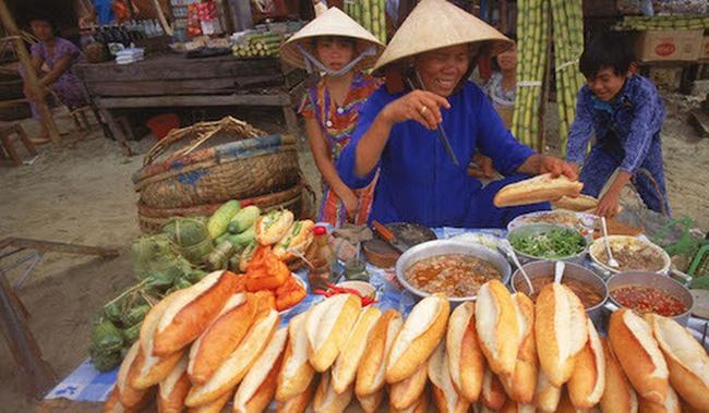 """Câu chuyện về bánh mì nhân thịt truyền thống: Từ món ăn chỉ vài chục ngàn bán đầy đường đến """"siêu sandwich Việt Nam chinh phục thế giới - ảnh 2"""