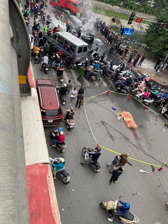 Hà Nội: Ô tô bốc cháy kinh hoàng sau va chạm với xe máy khiến 1 người phụ nữ tử vong, giao thông ùn tắc nghiêm trọng - Ảnh 4.