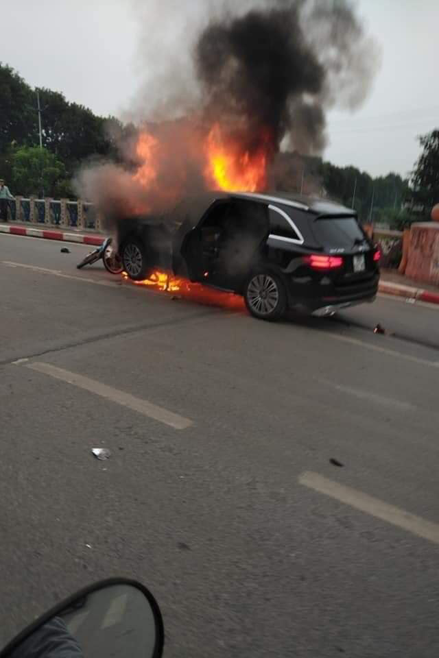 Hà Nội: Ô tô bốc cháy kinh hoàng sau va chạm với xe máy khiến 1 người phụ nữ tử vong, giao thông ùn tắc nghiêm trọng - Ảnh 1.