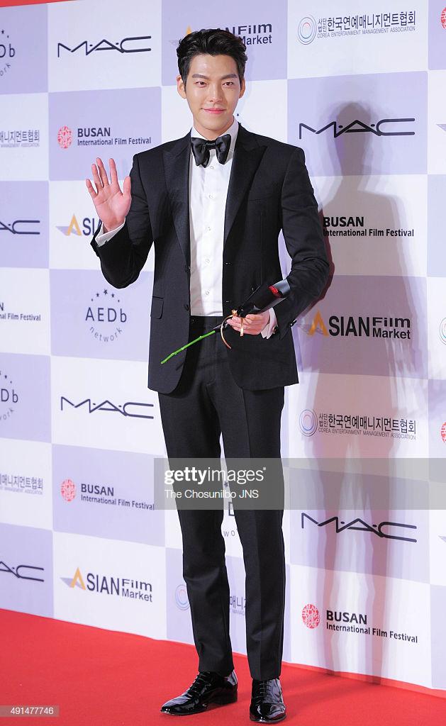 Sau hơn 2 năm điều trị bệnh ung thư, tài tử Kim Woo Bin lần đầu xuất hiện chính thức và còn trên thảm đỏ Rồng Xanh - Ảnh 1.