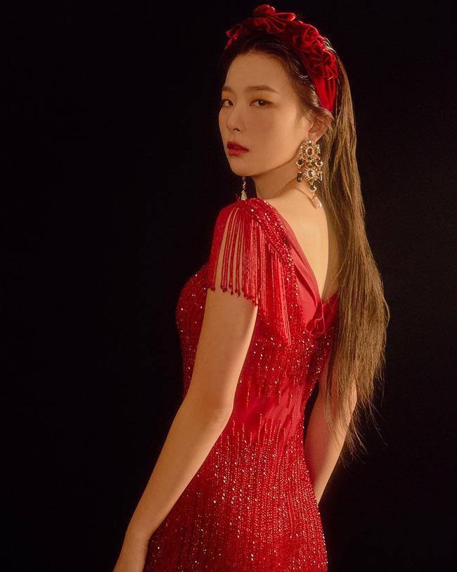 """Cùng diện bờm nhung đỏ: Seulgi lộng lẫy như công chúa Hoàng gia, Hà Tăng biến hóa cực """"nuột"""" - ảnh 1"""