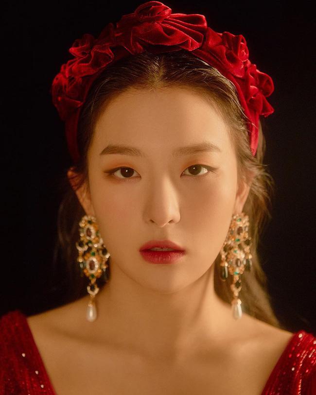 """Cùng diện bờm nhung đỏ: Seulgi lộng lẫy như công chúa Hoàng gia, Hà Tăng biến hóa cực """"nuột"""" - ảnh 2"""