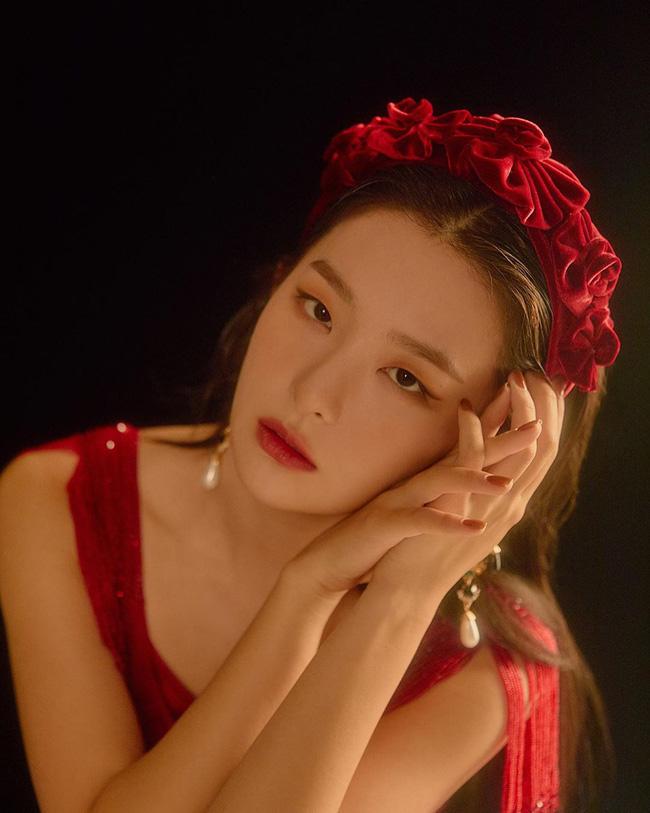 """Cùng diện bờm nhung đỏ: Seulgi lộng lẫy như công chúa Hoàng gia, Hà Tăng biến hóa cực """"nuột"""" - ảnh 3"""