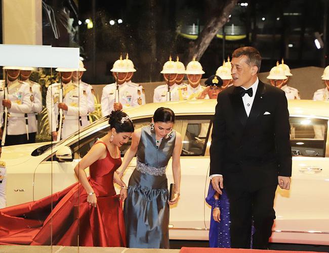 Hoàng hậu Thái Lan xuất hiện rạng rỡ, cười không ngớt bên cạnh Quốc vương Thái Lan sau sóng gió hậu cung trong sự kiện mới nhất - ảnh 1