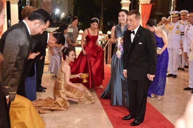 Hoàng hậu Thái Lan xuất hiện rạng rỡ, cười không ngớt bên cạnh Quốc vương Thái Lan sau sóng gió hậu cung trong sự kiện mới nhất - ảnh 2