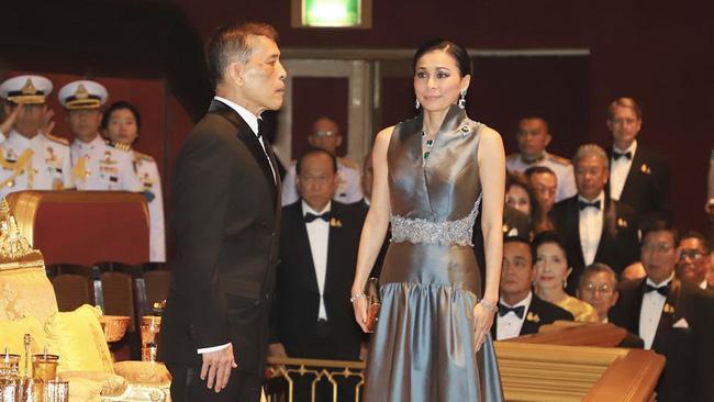 Hoàng hậu Thái Lan xuất hiện rạng rỡ, cười không ngớt bên cạnh Quốc vương Thái Lan sau sóng gió hậu cung trong sự kiện mới nhất - ảnh 3