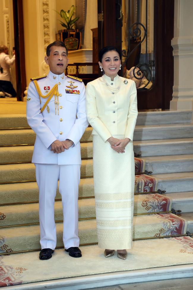 Hoàng hậu Thái Lan xuất hiện rạng rỡ, cười không ngớt bên cạnh Quốc vương Thái Lan sau sóng gió hậu cung trong sự kiện mới nhất - ảnh 5