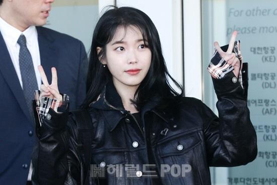 2 nữ hoàng solo đọ sắc tại sân bay: Hyuna lần đầu lộ diện sau tuyên bố trầm cảm, em gái quốc dân IU lột xác cá tính - Ảnh 8.