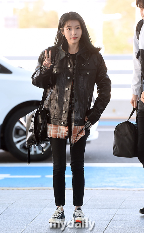 2 nữ hoàng solo đọ sắc tại sân bay: Hyuna lần đầu lộ diện sau tuyên bố trầm cảm, em gái quốc dân IU lột xác cá tính - Ảnh 7.