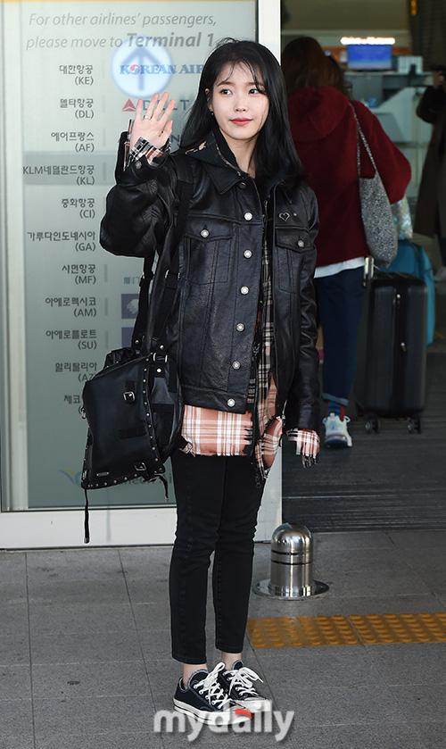 2 nữ hoàng solo đọ sắc tại sân bay: Hyuna lần đầu lộ diện sau tuyên bố trầm cảm, em gái quốc dân IU lột xác cá tính - Ảnh 10.
