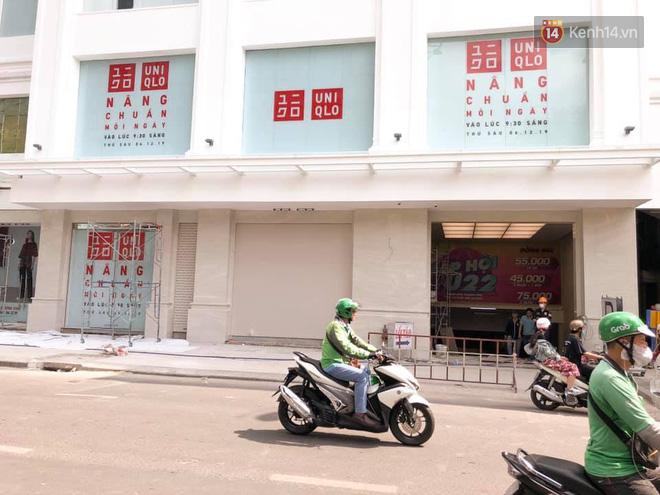 HOT: Cửa hàng Uniqlo Việt Nam đầu tiên chính thức tháo bỏ phông bạt, hé lộ quy mô 3 tầng hoành tráng nổi bần bật - Ảnh 2.