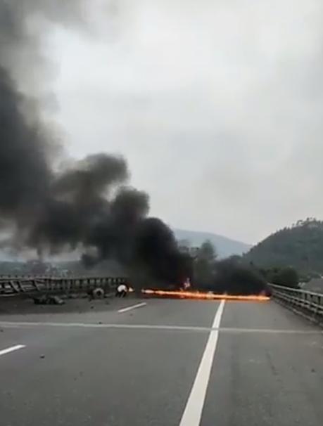 Kinh hoàng xe tải đâm vào dải phân cách, bốc cháy dữ dội trên cao tốc Nội Bài - Lào Cai - Ảnh 1.