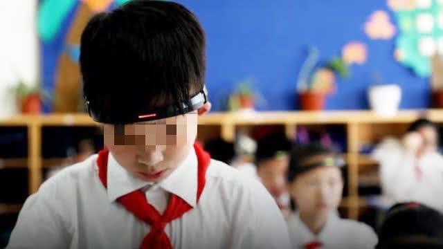 Học sinh Trung Quốc phải đeo vòng kim cô quét sóng não trên lớp, dư luận nổ ra tranh cãi dữ dội - Ảnh 1.