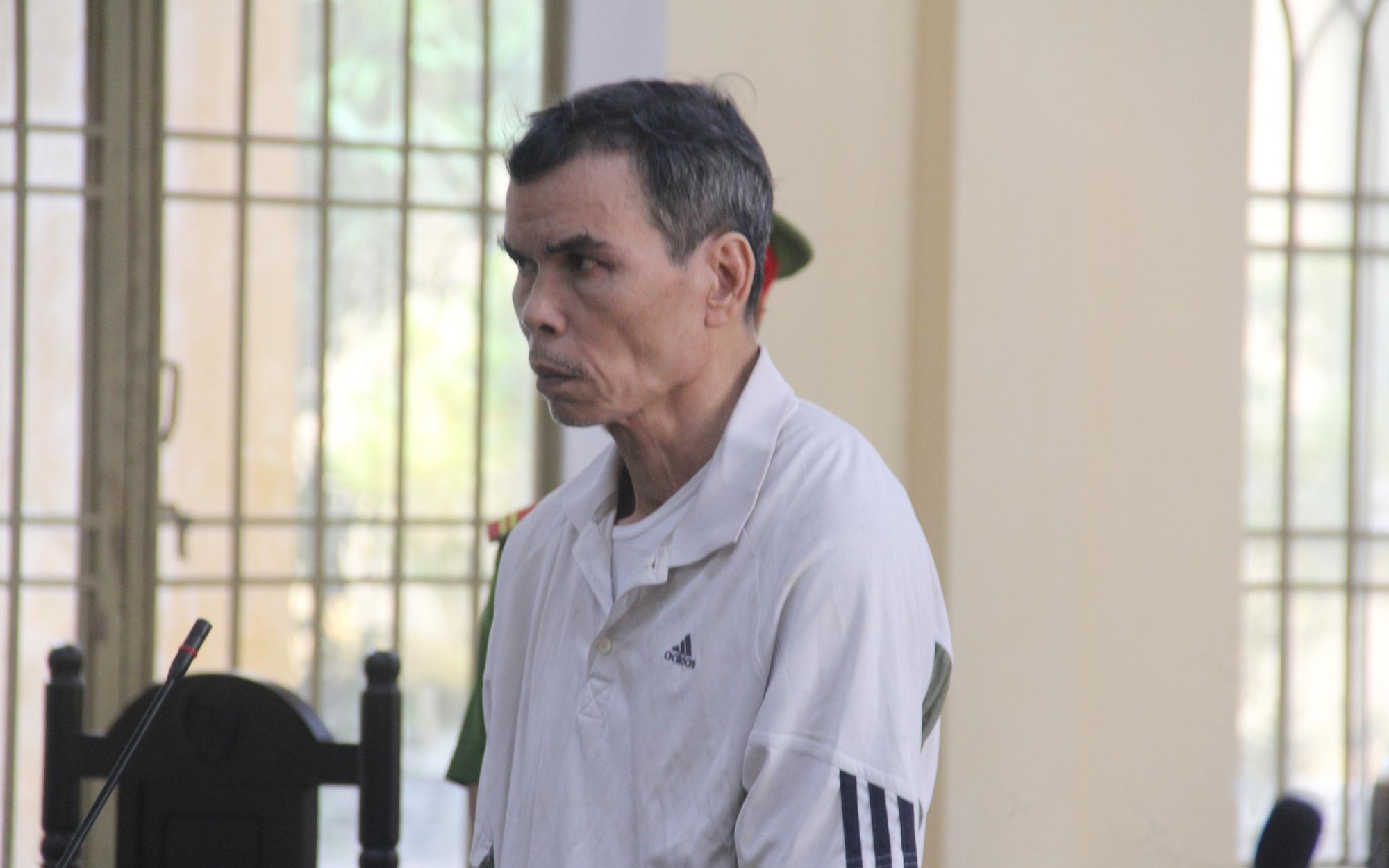 Chạy xe ẩu bị người phụ nữ mắng, cụ ông 59 tuổi đâm 2 người trọng thương