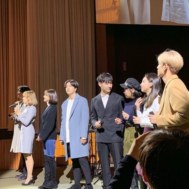 Idol Kpop khoe giọng ở đám cưới: BTS, EXO, TWICE... chiếm trọn spotlight, hạnh phúc nhất là Taeyang khi được cất lên bản hit trước mặt cô dâu của mình - Ảnh 13.