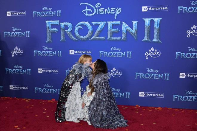 Thảm đỏ Frozen 2: Selena Gomez gây bão vì đẹp xuất thần, hôn em gái cùng cha khác mẹ thắm thiết - ảnh 6