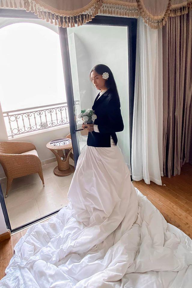 Trang phục dự siêu đám cưới cực lầy mang thương hiệu BB Trần: Cuốn chăn làm váy thướt tha, quyết không kém cạnh cô dâu Đông Nhi - ảnh 1