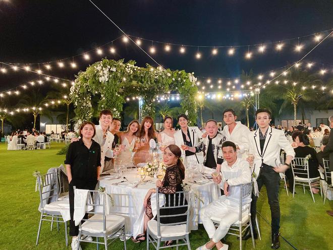 Cận cảnh các món ăn và không gian tiệc cưới sang trọng của Đông Nhi - Ông Cao Thắng: phục vụ chuẩn châu Âu, dàn sao Vbiz check-in ngập MXH - Ảnh 23.