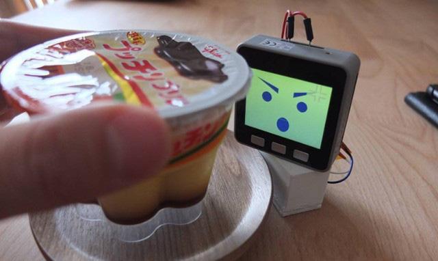 Ai từng bị chôm đồ ăn nơi công sở chắc sẽ cần lắm một thiết bị canh chừng rắn mặt như thế này - ảnh 1
