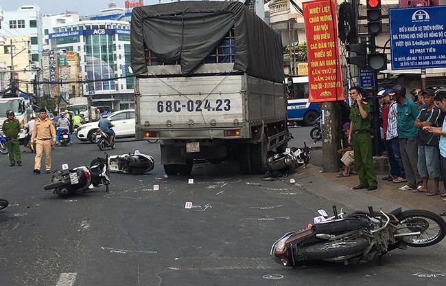An Giang: Tài xế xe tải lùa 6 xe máy đang dừng đèn đỏ khiến nhiều người lớn, trẻ em nhập viện cấp cứu - ảnh 1