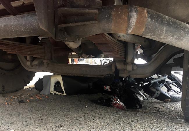 An Giang: Tài xế xe tải lùa 6 xe máy đang dừng đèn đỏ khiến nhiều người lớn, trẻ em nhập viện cấp cứu - ảnh 2