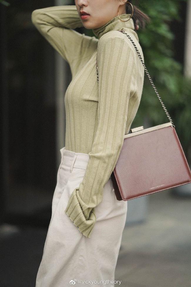 Cẩm nang mix&match cho 3 kiểu áo len trơn màu: Đơn giản thế nào cũng có cách diện thật nổi bật - ảnh 11