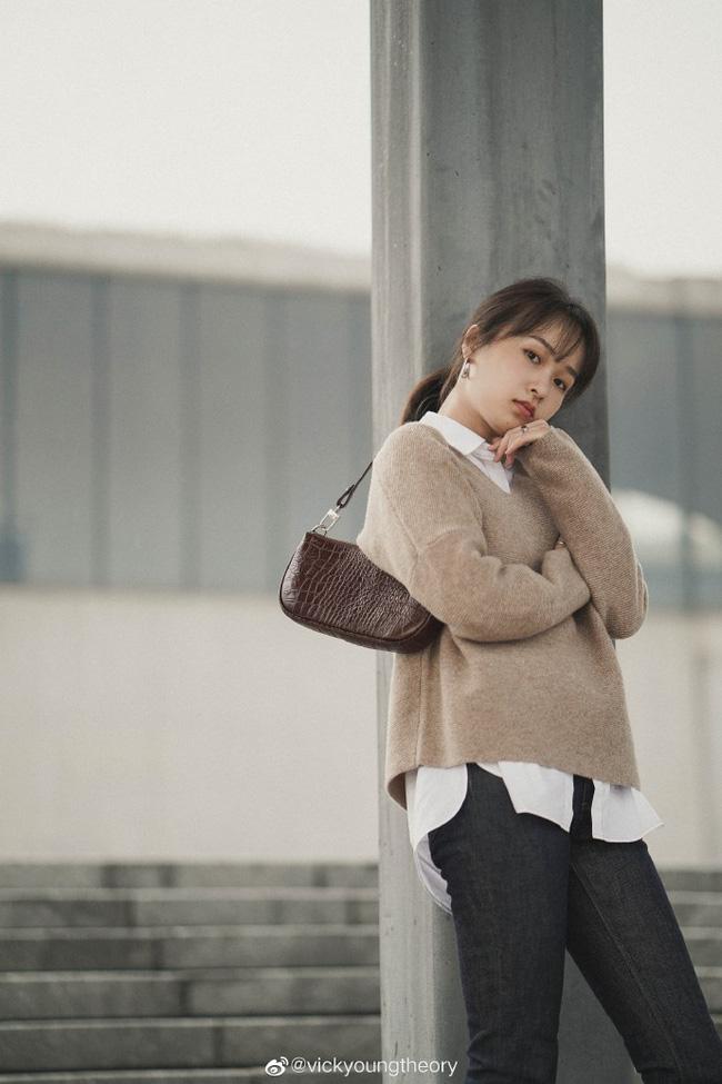 Cẩm nang mix&match cho 3 kiểu áo len trơn màu: Đơn giản thế nào cũng có cách diện thật nổi bật - ảnh 9