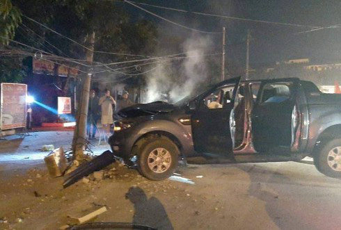 Đi bão mừng U22 Việt Nam chiến thắng, xe bán tải đâm gãy cột điện, 2 người bị thương - ảnh 1