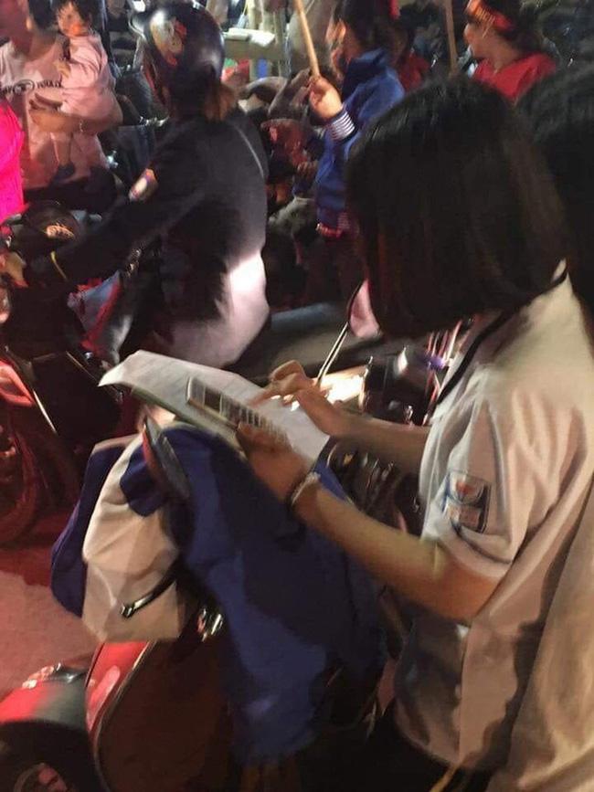 Miệt mài học bài giữa giữa biển người ăn mừng Việt Nam vô địch SEA Games, nữ sinh bất ngờ nổi như cồn trên MXH - ảnh 1
