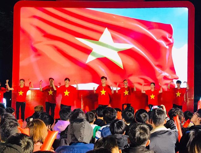 Miệt mài học bài giữa giữa biển người ăn mừng Việt Nam vô địch SEA Games, nữ sinh bất ngờ nổi như cồn trên MXH - ảnh 2