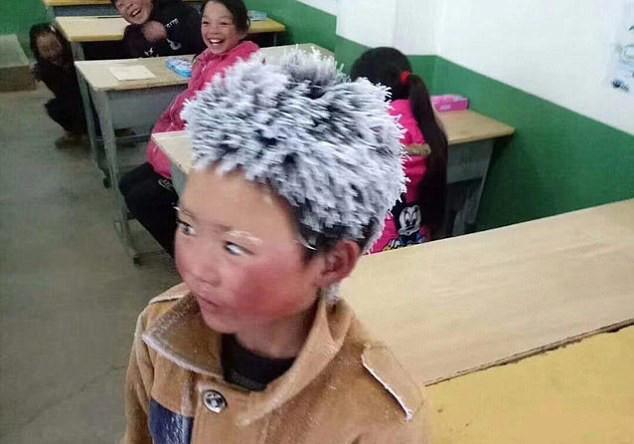 Cậu bé đi bộ 4,5 km đến trường dưới trời đông -8°C khiến đầu đóng băng ngày ấy: Gia cảnh giờ đã khác nhưng lại gây tranh cãi - ảnh 2