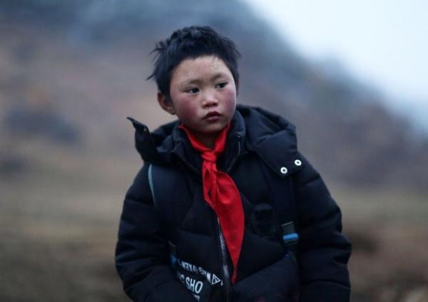 Cậu bé đi bộ 4,5 km đến trường dưới trời đông -8°C khiến đầu đóng băng ngày ấy: Gia cảnh giờ đã khác nhưng lại gây tranh cãi - ảnh 3