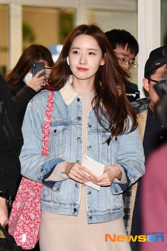 Nữ thần Yoona khoe sắc tại sân bay: Ăn mặc đơn giản mà sao xinh quá đỗi, ảnh fan chụp thôi mà đẹp tựa cảnh phim - ảnh 1