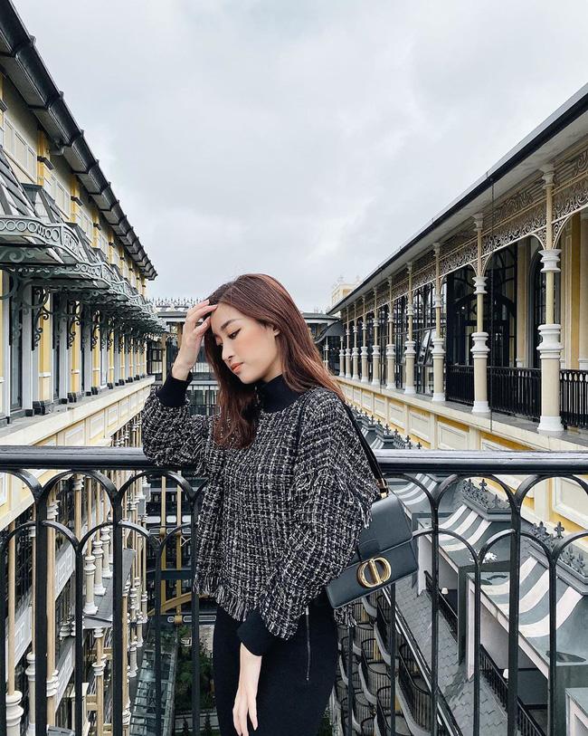 Không cần cầu kỳ cho mệt thân, Hoa hậu Đỗ Mỹ Linh toàn diện đồ tối giản nhưng vẫn sang xịn khỏi bàn cãi - ảnh 4