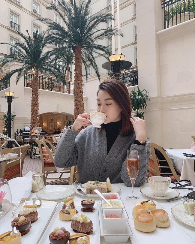 Không cần cầu kỳ cho mệt thân, Hoa hậu Đỗ Mỹ Linh toàn diện đồ tối giản nhưng vẫn sang xịn khỏi bàn cãi - ảnh 5
