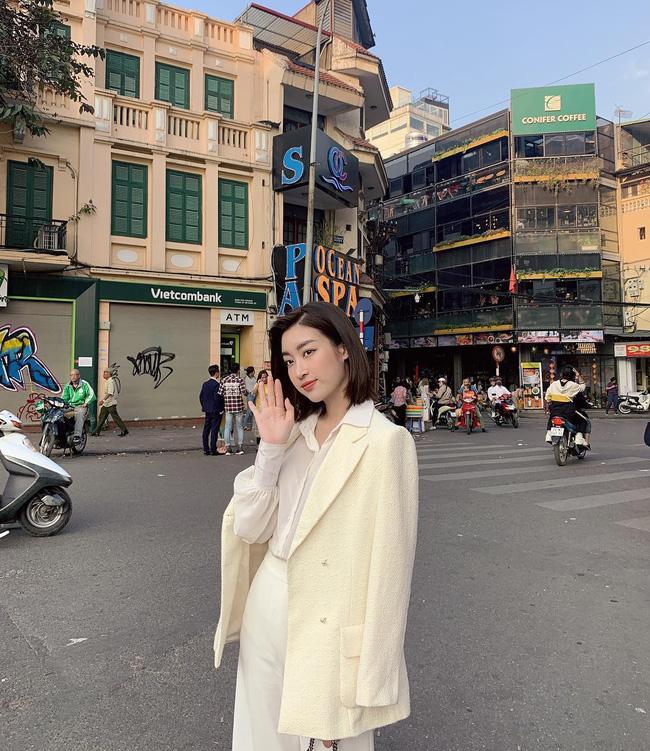 Không cần cầu kỳ cho mệt thân, Hoa hậu Đỗ Mỹ Linh toàn diện đồ tối giản nhưng vẫn sang xịn khỏi bàn cãi - ảnh 9