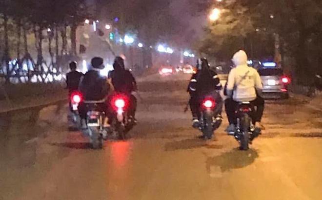 Hà Nội: Công an vào cuộc truy bắt nhóm thanh niên ngang nhiên vác dao, kiếm diễu hành trên phố, chặn cướp người đi đường - Ảnh 1.