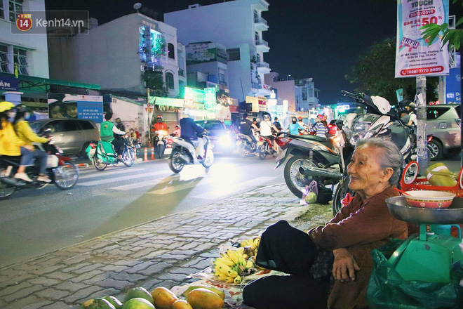Cụ bà 90 tuổi bán trái cây trước cổng Vincom và câu chuyện ấm lòng của người Sài Gòn: Mua chẳng cần lựa, gặp cụ là dúi tiền cho thêm - Ảnh 11.