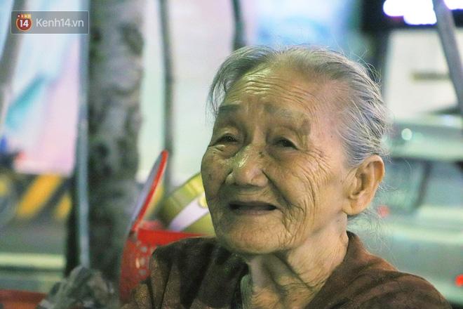 Cụ bà 90 tuổi bán trái cây trước cổng Vincom và câu chuyện ấm lòng của người Sài Gòn: Mua chẳng cần lựa, gặp cụ là dúi tiền cho thêm - Ảnh 7.