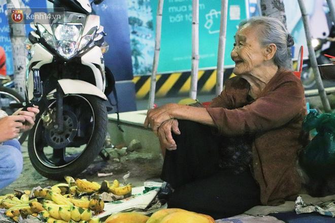 Cụ bà 90 tuổi bán trái cây trước cổng Vincom và câu chuyện ấm lòng của người Sài Gòn: Mua chẳng cần lựa, gặp cụ là dúi tiền cho thêm - Ảnh 3.