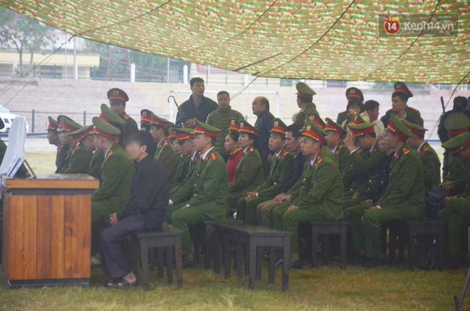 Ngày tuyên án vụ nữ sinh giao gà bị sát hại ở Điện Biên: Gia đình Duyên đeo khăn tang trắng, mang di ảnh đến toà - Ảnh 4.