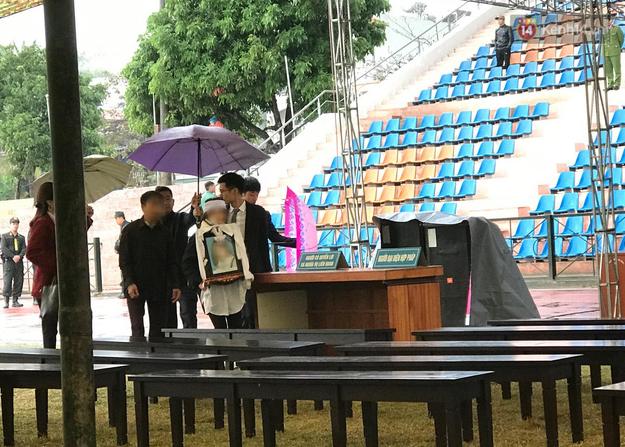 Ngày tuyên án vụ nữ sinh giao gà bị sát hại ở Điện Biên: Gia đình Duyên đeo khăn tang trắng, mang di ảnh đến toà - Ảnh 18.