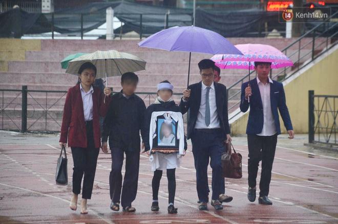 Ngày tuyên án vụ nữ sinh giao gà bị sát hại ở Điện Biên: Gia đình Duyên đeo khăn tang trắng, mang di ảnh đến toà - Ảnh 17.